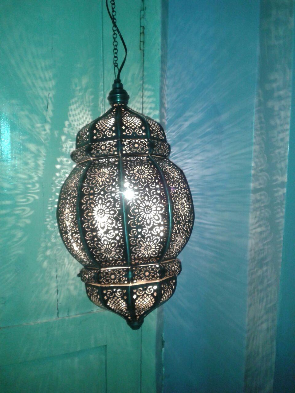 Free-swinging lattice lantern cage